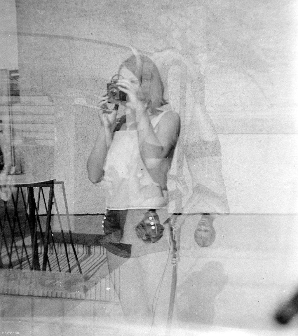 Megint egy nagy ugrás, ez már 1972, és a fiatal, shortos lány egy Altissa Box márkájú fényképezőt próbálgat, ami már akkor is retrónak számíthatott, mert 1951-ben kezdték gyártani a típust. Ezt a kedves próbálkozást örökítette meg a fotós, aki akkor még nem sejtette, hogy fejjel lefelé lógó pár is közbelép majd, akiknek egy fán vagy csónakrúdon kapaszkodva sikerült meghekkelniük az egyszerű képet.