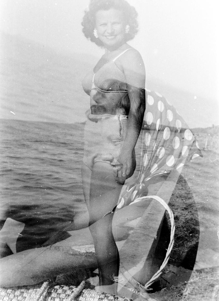 Vidámabb vizekre és időkbe evezünk át, két szuperjó nőt mutatunk 1951-ből a tengerparton. Ezzel a hajjal biztos nem buktak le a víz alá, így legalább teljes pompájukban maradtak meg az utókornak a hölgyek (ha nem ugyanaz a két szereplő). Érdemes még a korabeli fürdőruhadivatról szót ejteni, a sportos alkatú, álló női alaknak ugyan nincs mit takargatnia a testén, mégis a nyakig felhúzott fürdőbugyit választotta az üdüléshez. A felsőrész már egy megengedőbb korszak előhírnöke. A pöttyös kendő pedig valószínűleg a széltől óvta az ülő nő befodorított haját. Nem tudni, a két nő milyen viszonyban volt egymással, de ezt a pillanatot mindketten nagyon élvezték, és mi is.