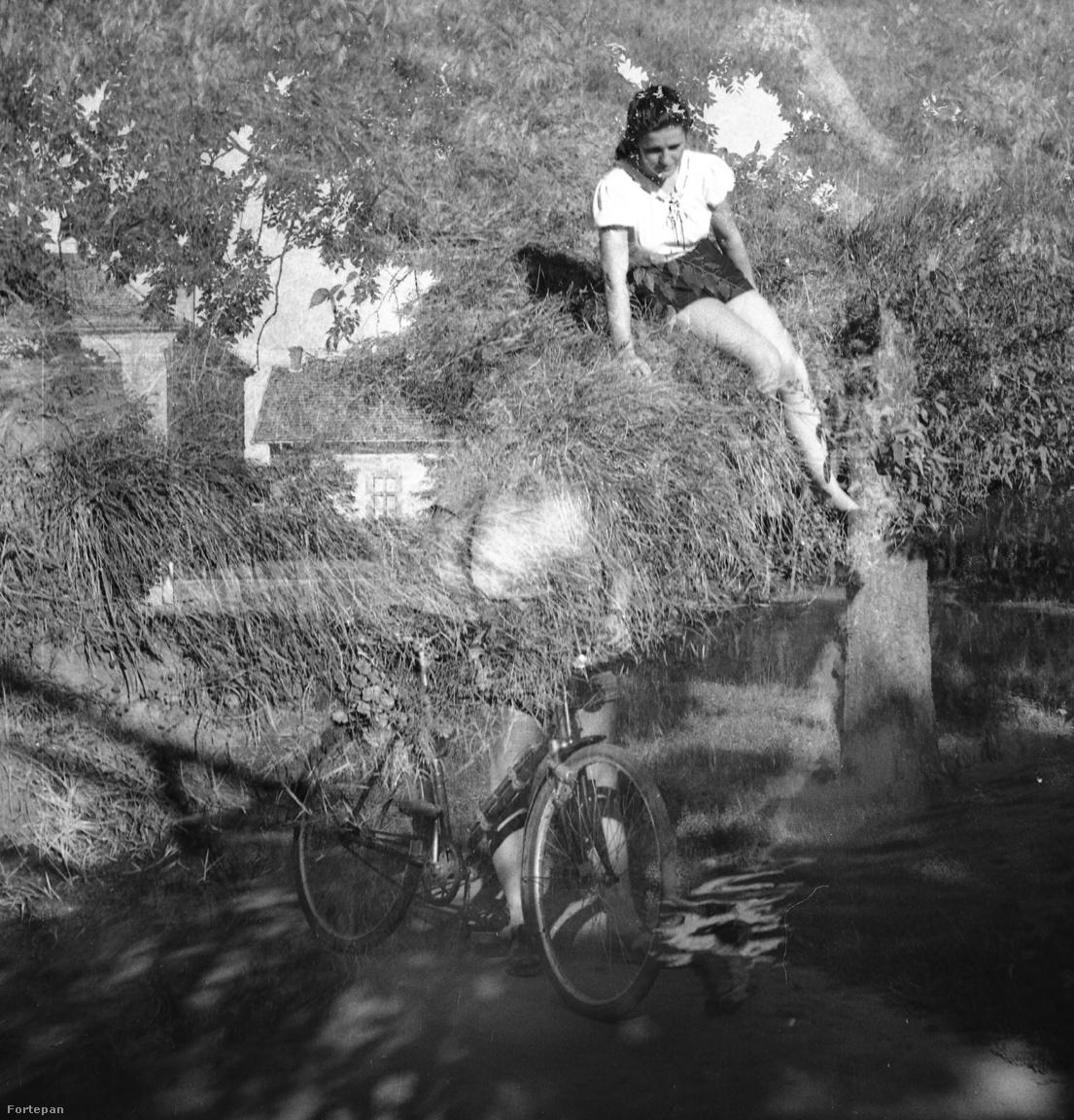 És ezt így hogy?! - villan be a kép láttán a Tornóczky-féle szállóige. Hogy kerül a rövidnadrágos nő a fára a bicikliről?! Milyen varázslat ez? A válasz a kettős expozíció, és hogy nem is biciklis. A legjobb pillanat a kép vizsgálata közben az, amikor egyszer csak felsejlik a biciklit fogó férfialak az X lábaival, sörhasával, utána pedig meglátjuk, hogy a nő nem is szénarakáson ül, hanem egy vízparton, a vízben visszatükröződik az alakja. A talány megoldódott, az egyik képen a fa előtt a biciklis férfi áll, mögötte egy épülettel, a nő pedig nem fán, hanem egy vízparti hangulatképen szerepelt eredetileg.