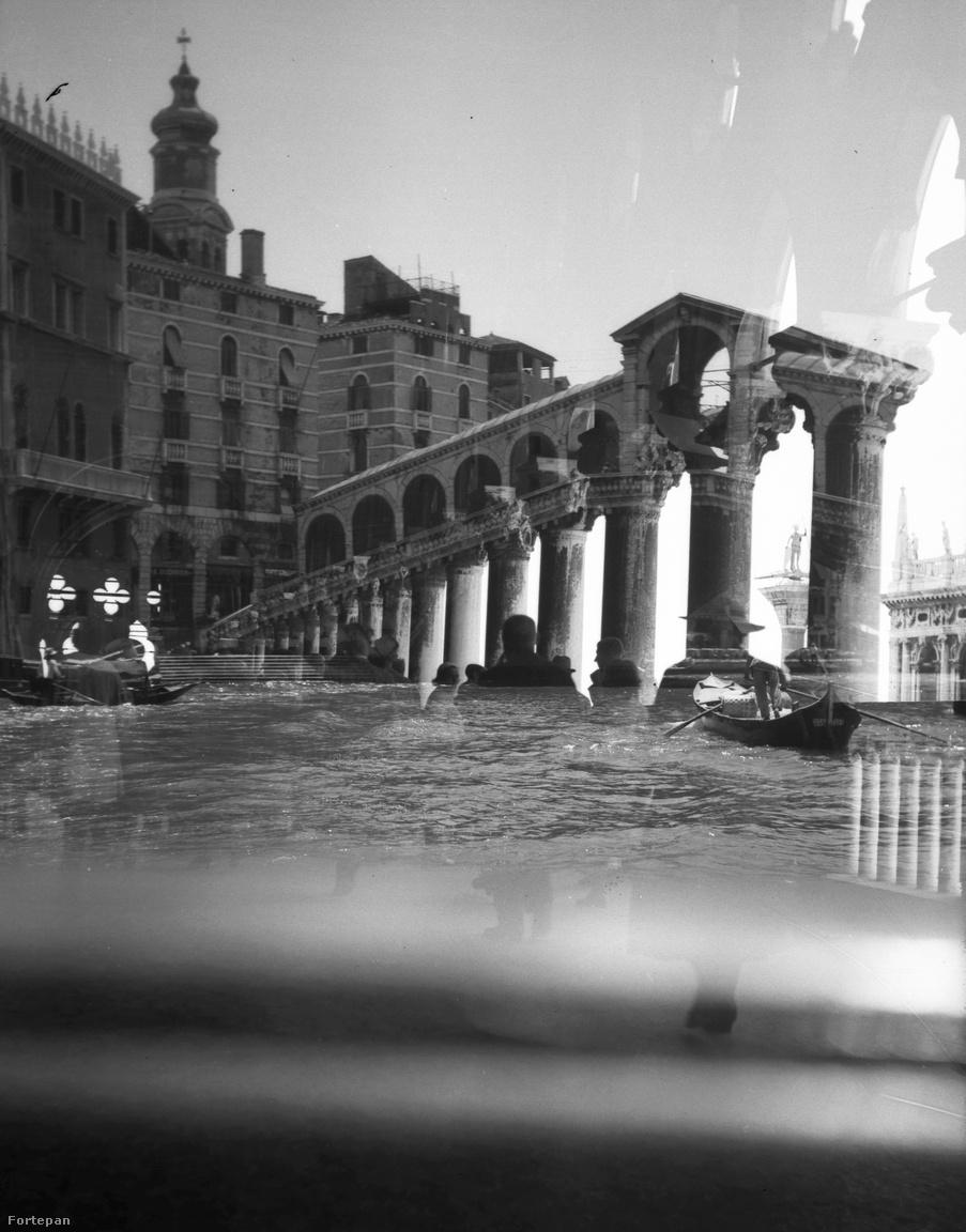 Ez egy 1933-es kép Velencéből. Hitler pártja ekkor jutott hatalomra Németországban, Mussolini pedig már 10 éve diktátorkodott Olaszországban. Az Antonio da Ponte által tervezett Rialto hídról készült képre a velencei Szent Márk téren lévő Dózse palota oszlopai, és az alattuk sétáló emberek kerültek rá véletlenül. Így most ők a vízben járnak, a fejük még kint van a vízből, átmegy rajtuk rajtuk egy gondola, rajtam pedig ezer gondolat. Az egyik, hogy ezt a képet a MOME média design szakán tanítani lehetne majdnem száz évvel a készülte után. A kép jobb szélén látható világos rész miatt pedig el lehet gondolkodni, hogy melyik vajon kép készült előbb, hiszen a hidat a fehér rész kitakarja.