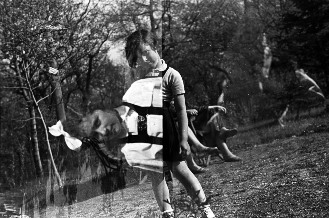 Szédületes lett a kislányról készült dupla fotó, gyorsan megkapaszkodom az asztalban. 1951-et írunk, de pózolni már akkor is tudtak. Az erősen szédítő hatást azzal érte el a kép elrontója, hogy a parkban ülős kép nagyon ferde lett, az elforgatott kislányportré pedig pont arra dönti meg a fejünkben a képet, amerre lejt a táj.