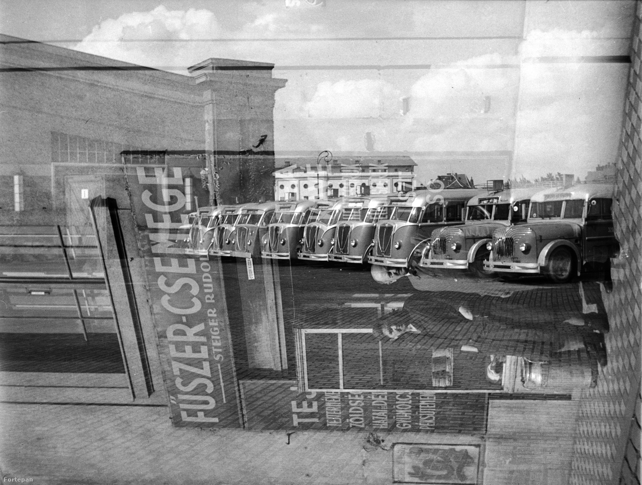 Glázer Attila nagyszerűen sikerült kettős expójával Zuglóba repülünk 1941-be. A Szent Domonkos (később Récsei) autóbuszgarázst fotózta az Istvánmezei út felől nézve, tehát a mai Récsei Center így nézett ki teljes pompájában. A háttérben a Millenáris sporttelep lelátója látható. Az elforgatott képen pedig Steiger Rudolf szatócsüzlete látszik a Stefánia úton. Ennél többet egy képen nem is lehet elmondani Zuglóról.