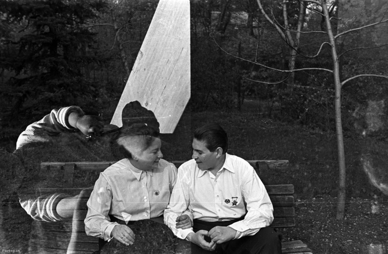 Ezen az 1951-es képen egy vidám, kommunista pár szeretett volna teljes díszben tetszelegni, de egy pici gyerek belerondított az idilljükbe. Ráadásul ha jobban megnézzük, olyan, mintha a baba fegyvert tartana a nő fejéhez a kis hurkás ujjaival, biztos jókat nevettek, mikor előhívták ezt az elrontott fotót.