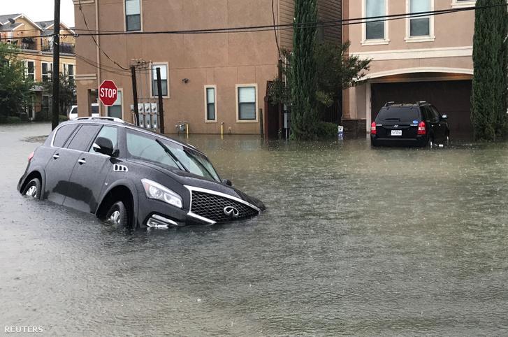 Autók a vízben Houstonban, a Harvey hurrikán idején