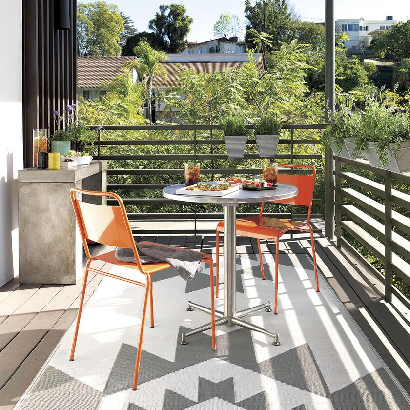 Az apró erkélyen az első szembetűnő pont a padló. Ha egy kis kültéri vagy rongyszőnyeget terítesz rá, a hideg talaj sem okoz majd problémát.