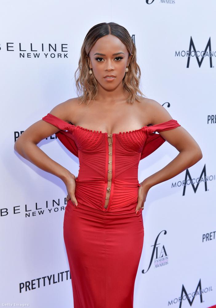 Volt egy klasszikus vörös színű estélyi is, a ruha az Empire című sorozat színésznőjét, Serayah-t tartalmazza.