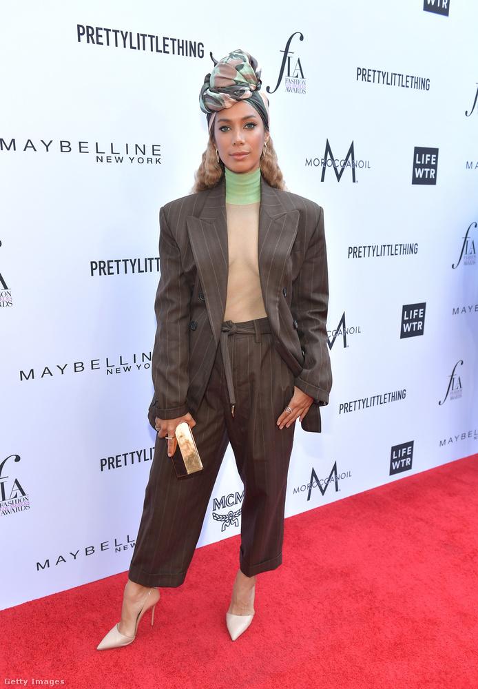 Hasonlót viselt Leona Lewis énekesnő is, csak sokkal trendibb fazonban, és ugyan melltartó nélkül, de áttetsző blúzzal