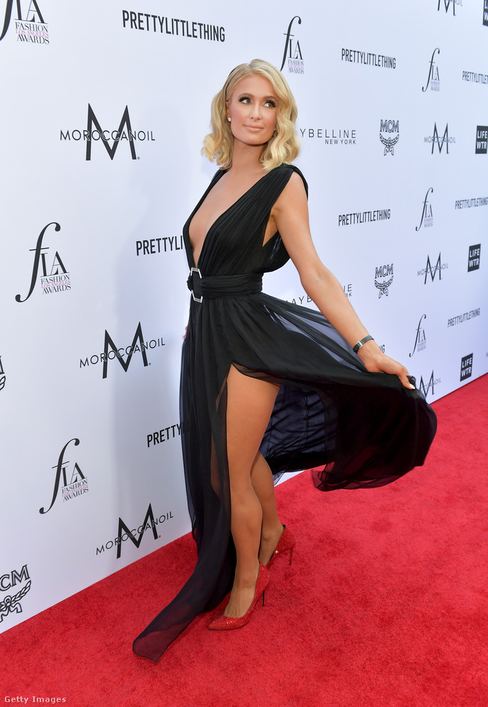 Szóval Paris Hilton azt se tudta, hogy hogyan forogjon ide-oda, hogy tényleg a lehető legtöbbet mutassa meg a testéből.