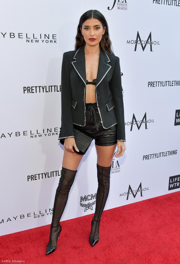 Nicole Williams modell a biztonság kedvéért vett egy melltartót a blézere alá.