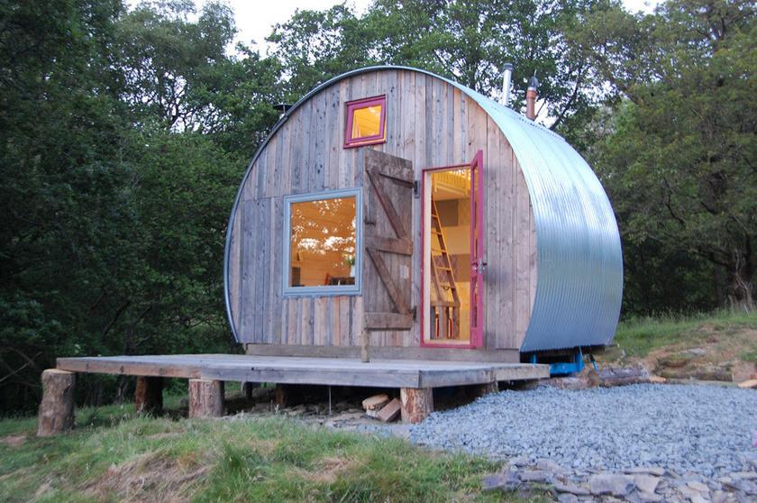 A walesi, hordószerű házikót Caban Crwn névre keresztelték, ami annyit tesz: kerek kunyhó. A természet közelsége lenyűgöző.