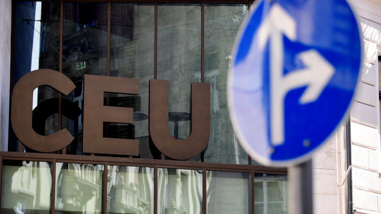 Az Alkotmánybíróság felfüggesztette az eljárásait a Lex CEU-ról és civiltörvényről