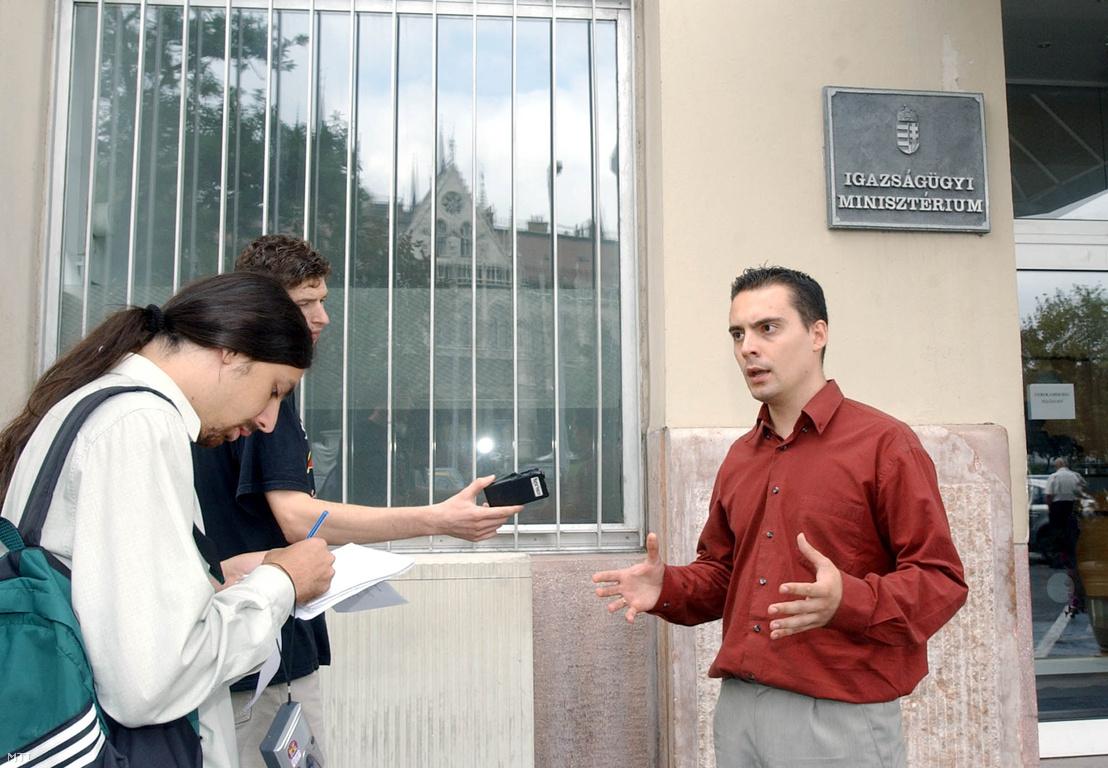 A Jobbik Magyarországért Mozgalom az egyenlő bánásmód és az esélyegyenlőség előmozdításáról szóló törvény tervezetéről tartott sajtótájékoztatót az Igazságügyi Minisztérium épülete előtt, 2003. július 30-án. A képen: Vona Gábor a Jobbik Magyarországért Mozgalom alelnöke.