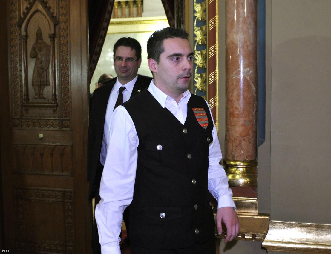 Vona Gábor, a Jobbik elnöke távozik a rendkívüli házbizottsági ülésről, amelyet az Országgyűlés szocialista alelnöke azért rendelt el, mert a politikus a betiltott Magyar Gárda mellényében tartózkodott az Országgyűlés plenáris ülésén 2011. február 14-én.