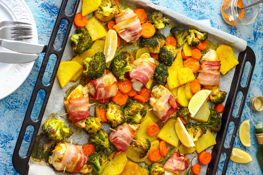 Baconös, szaftos, tepsis csirkemell vele sült zöldségekkel - Gyorsan elkészül