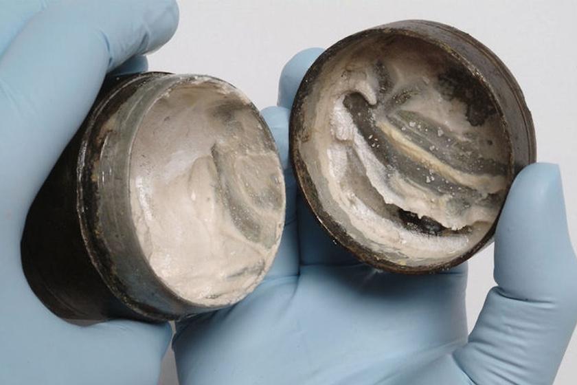 Egy egykori római, Mars isten tiszteletére emelt templom mellett leltek rá Londonban. Időszámításunk előtt 150 tájáról való, tehát körülbelül 2168 éves. Fő összetevője az állati zsír, emellett keményítő és ón-oxid van benne.