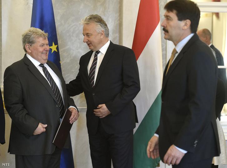 Semjén Zsolt nemzetpolitikáért felelős miniszterelnök-helyettes (k) és Süli János Paks polgármestere a paksi atomerőmű két új blokkjáért felelős tárca nélküli miniszter beszélget a kinevezés átvételekor a Sándor-palotában 2017. április 26-án.