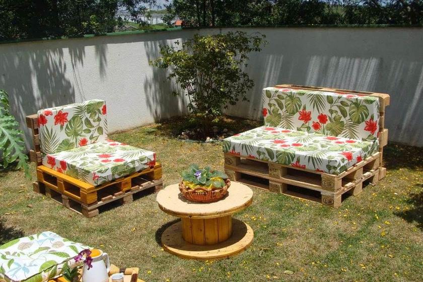 Hangulatos és stílusos kerti bútorszett készíthető raklapból, ha mintás matracokat raksz rá. Ha nem fedett helyen építitek, érdemes vízlepergető anyagból készült huzattal befedni.