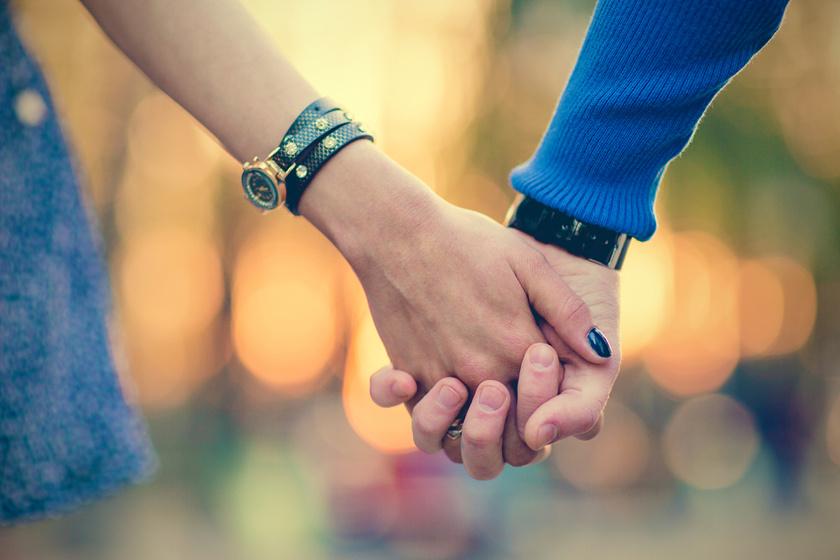 A kézfogás alig ismert, csodálatos hatása: még a fájdalmat is csökkenti a kutatás szerint