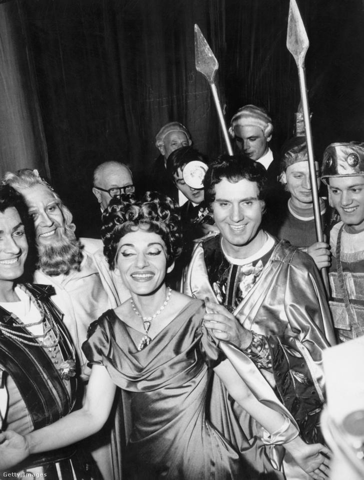 Maria Callas (1923 - 1977) amerikai szoprán a színfalak mögött az olasz baritonnal, Ettore Bastianinivel (1922 - 1967 right) Donizetti 'Polyutus című darabjának előadása után 1960. december 7-én a milánói Scalaban