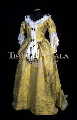 Az álarcosbálban ebben az aranyszín ruhában énekelte Amelia szerepét 1957/58-ban