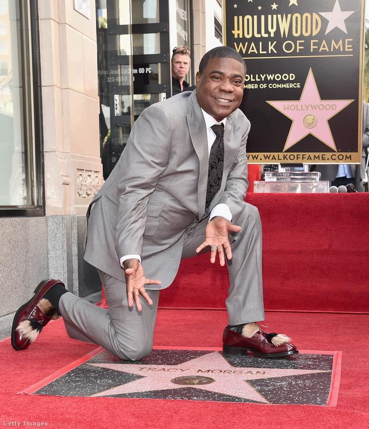 Tracy Morgan egy elég semmilyen szürke öltönyt vett fel a Walk of Fame-ceremóniához, na de a cipője egészen elképesztő.
