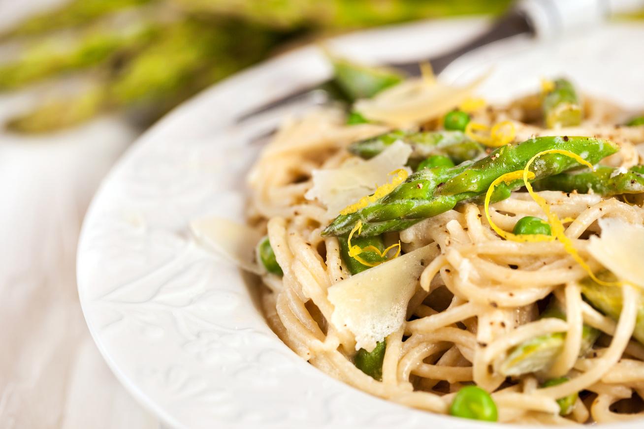 Zöldborsós, spárgás gyorstészta fűszeres spagettiből: finom és könnyű