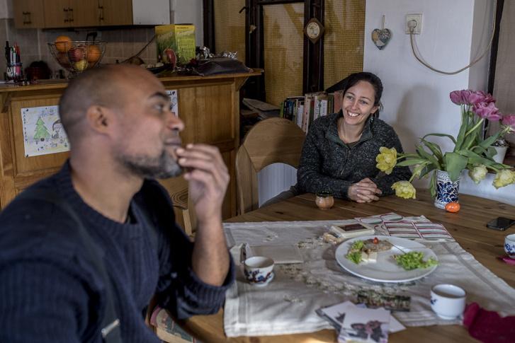 Kaba Lamine és felesége, Simone Svájcból költöztek Almáskeresztúrra, hogy szabadságban élhessenek.