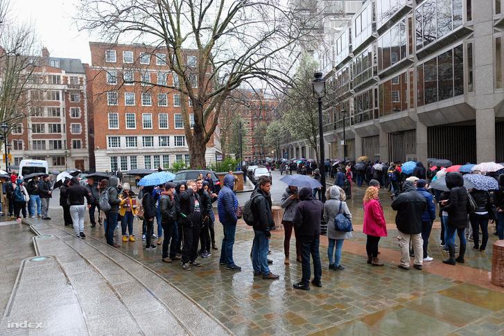 Sor a Londoni szavazókör előtt
