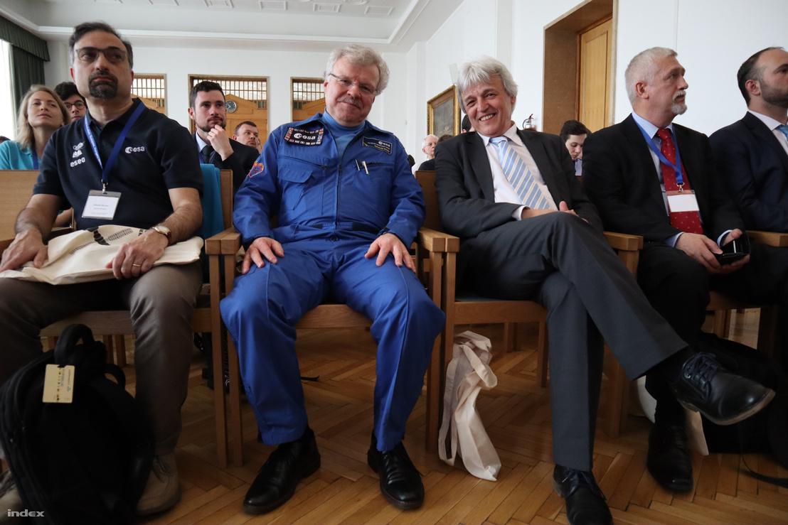 Reinhold Ewald német ESA-űrhajós és Kovács Kálmán a hallgatóság soraiban