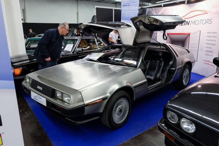 De Lorean DMC-12 (1981), Esseni ár: 49 500 euró/15,3 millió forint.Katalógusár: 40 000 euró/12,4 millió forint.Állapot: ritka fekete belső, tűrhető állapot, a szalon végén nem indult
