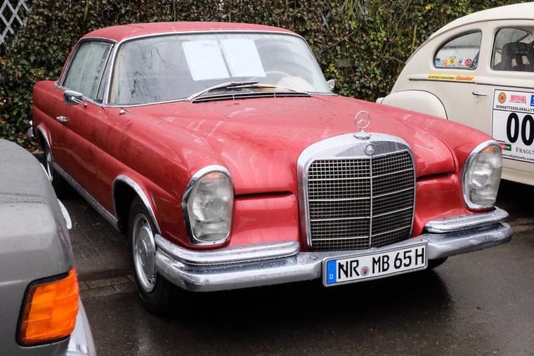 Mercedes-Benz 220 SEb Coupé (1965), Esseni ár: 43 500 euró/13,5 millió forint.Katalógusár: 50 000 euró/15,5 millió forint.Állapot: eredeti két kulcskészlet, új belső tér, egész szép