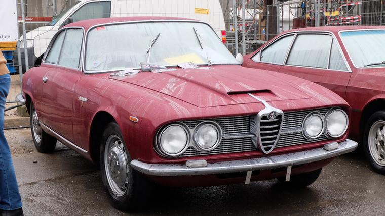Alfa Romeo 2600 Sprint (1963), Esseni ár: 36 500 euró/11,3 millió forint.Katalógusár: 40 600 euró/12,6 millió forint.Állapot: egész szép