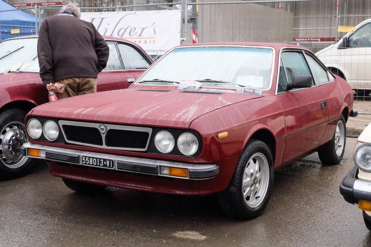 Lancia Beta 1600 Coupé (1975), Esseni ár: 7700 euró/2,4 millió forint.Katalógusár: 4700 euró/1,5 millió forint.Állapot: szép, eredeti belső, nagyrészt eredeti külső fény