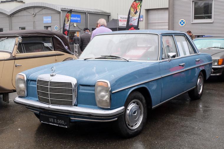 Mercedes-Benz 230 (1973), Esseni ár: 8900 euró/2,8 millió forint.Katalógusár: 7500 euró/2,3 millió forint.Állapot: jó pár helyen, láthatóan kiütközik a rozsda, de belül nagyon szép