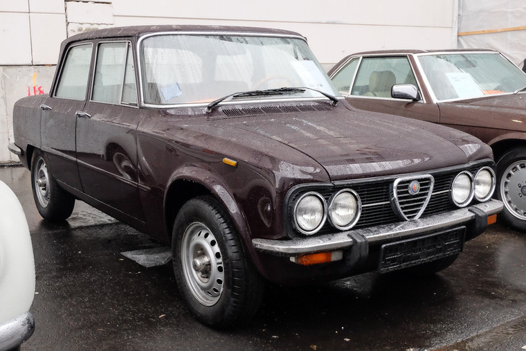 Alfa Romeo Giulia 1300 Super Nuova (1977), Esseni ár: 16 900 euró/5,2 millió forint.Katalógusár: 14 300 euró/4,4 millió forint.Állapot: piszkálatlan, szép