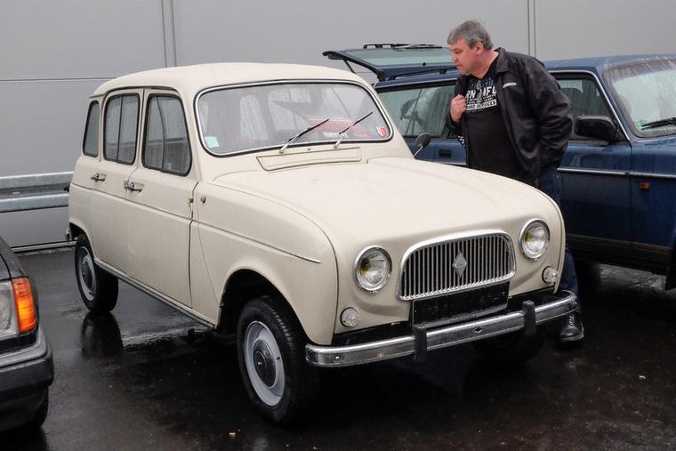 Renault R4 (1966), Esseni ár: 14 900 euró/4,6 millió forint.Katalógusár: 11,000 euró/3,4 millió forint.Állapot: tökéletesen eredeti, 55 000 km