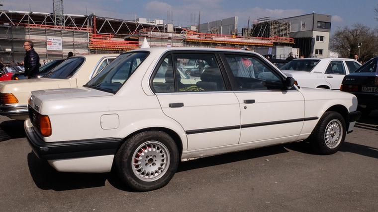 BMW E30 318i (1987), Esseni ár: 2600 euró/806 000 forint.Katalógusár: 1400 euró/434 000 forint.Állapot: sok munka van vele még, mire ez autó lesz