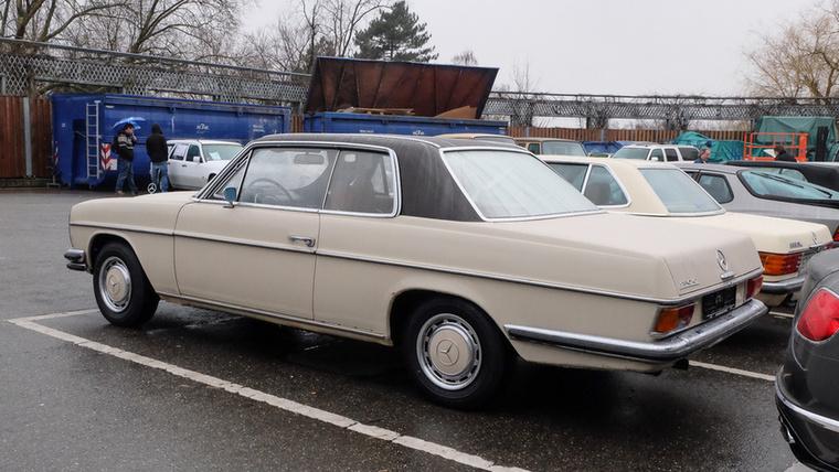 Mercedes-Benz 250 C (1971), Esseni ár: 12 999 euró/4 millió  forint.Katalógusár: 9000 euró/2,8 millió forint.Állapot: itt-ott rozsdás, már erősen lakatolni kéne, belül szép