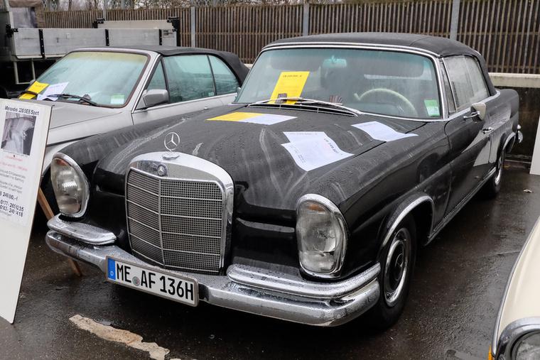 Mercedes-Benz 220 SEb Cabrio (1962), Esseni ár: 249 000 euró/77,2 millió forint.Katalógusár: 164 000 euró/50,1 millió forint.Állapot: 128 ezer km, légkondi, külön hátsó ülések, 21 példány készült ilyen egyedi belső térrel, teljesen restaurált