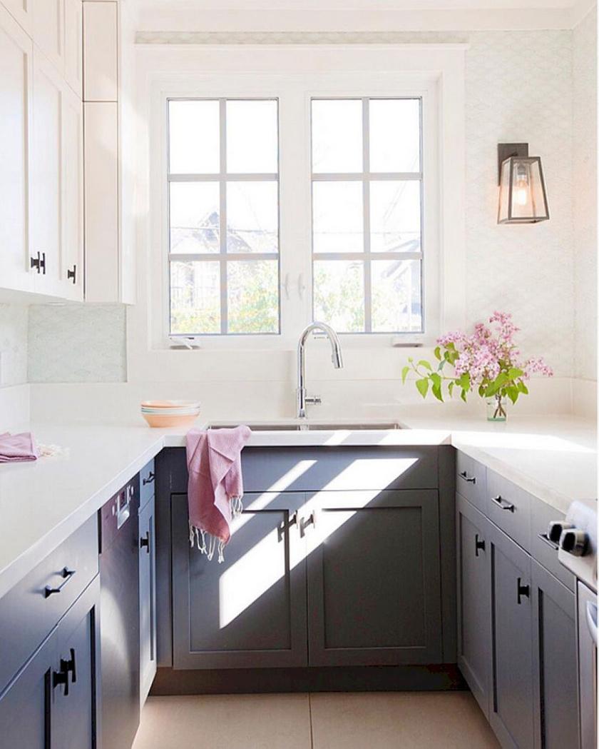 A legjobb tértágító tényező a természetes fény, ezért nem érdemes sötét színű függönyökkel kizárni, és a falak is jobb, ha fehérek.