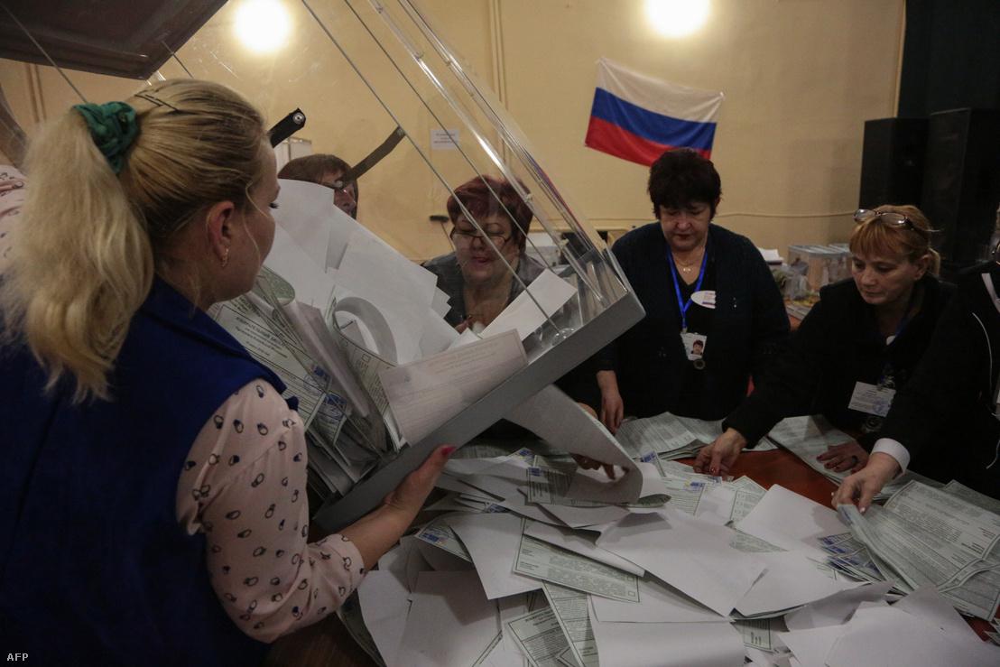 A helyi választási bizottság számolja a szavazatokat urnabontás után a krími Szimferopolban, 2018. március 18-án