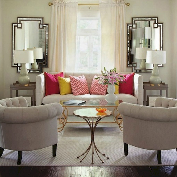 Érdemes felfúrni egy-két tükröt a tértágító hatás miatt, ráadásul a különleges darabok stílusossá teszik a nappalit!