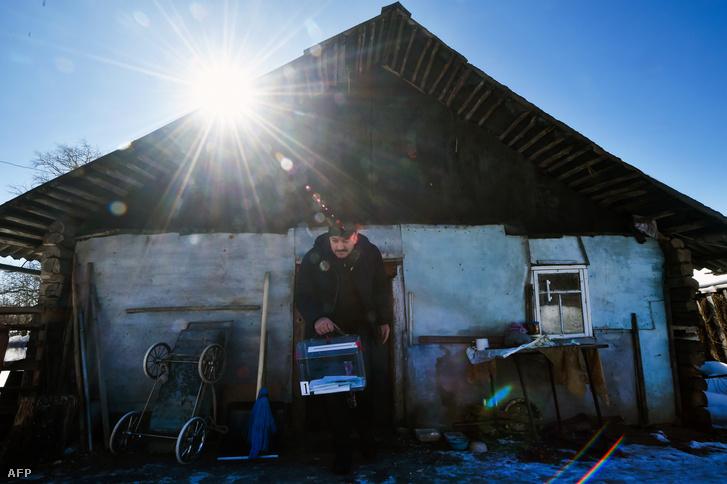 A helyi választási bizottság tagja mozgóurnával a Szmolenszktől északra fekvő Kutkovo faluban, 2018. március 18-án