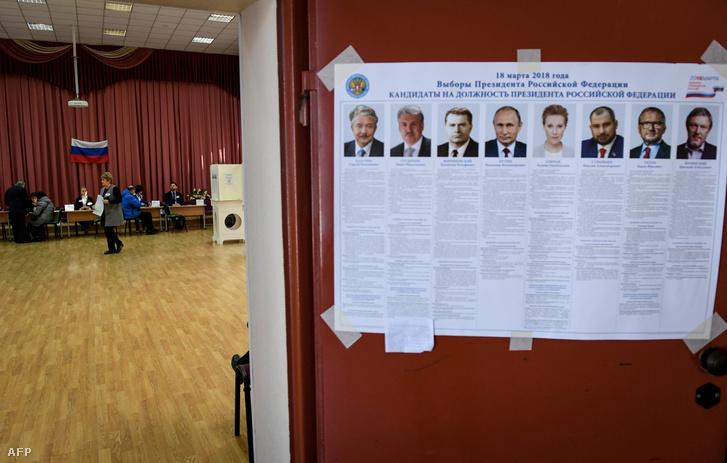 Elnökjelöltek egy moszkvai szavazóhelyiség falán elhelyezett plakáton 2018. március 18-án