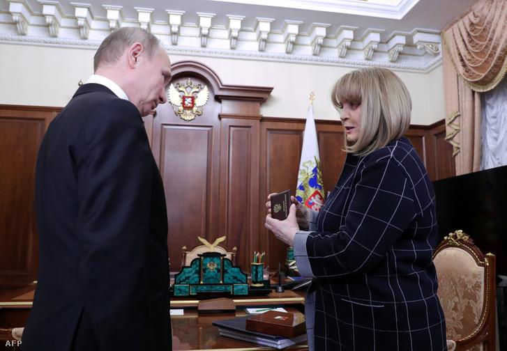 A Központi Választási Bizottság elnöke, Ella Pamfilova adja át Vlagyimir Putyin elnöknek a személyi igazolványát a választási győzelemét követő találkozójukon a Kremlben, Moszkvában 2018. április 3-án