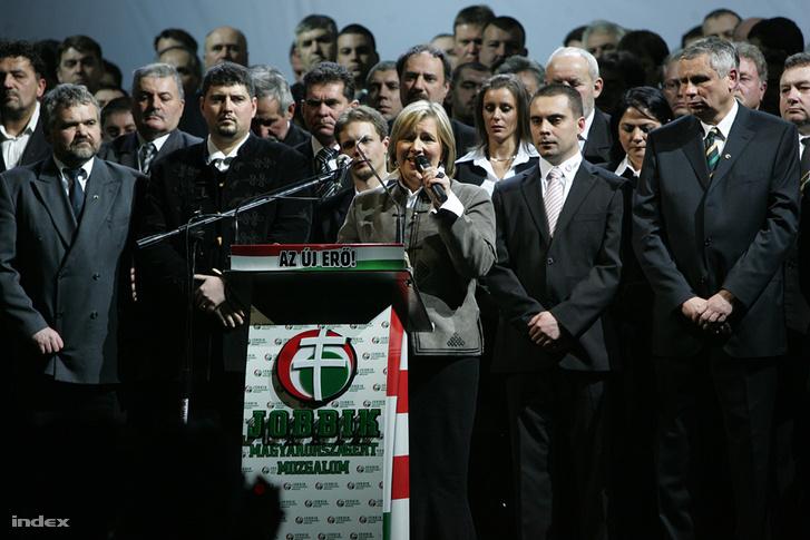 Morvai Krisztina szólal fel a Jobbik kampánynyitó rendezvényén 2010 januárjában