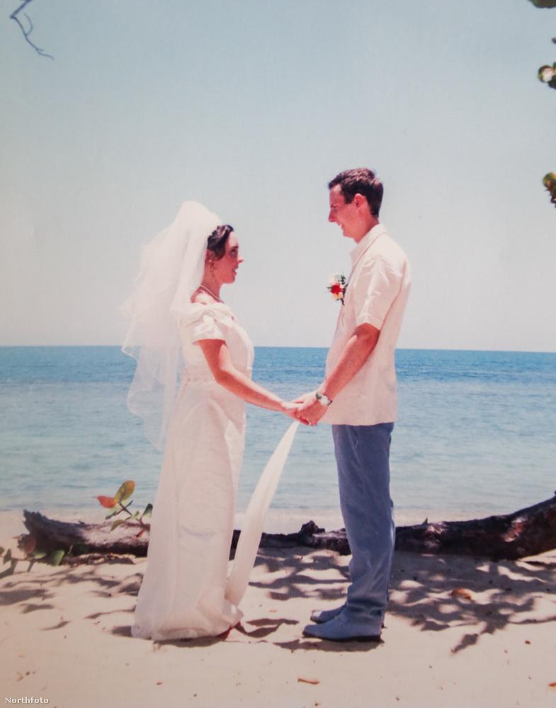Ez volt Jonesék esküvője 1998-ban a Dominikai Köztársaságban, az idő közben megromlott házasságnak azonban a feleség tudomása nélkül szakadt vége, amíg az asszony a kórházban feküdt