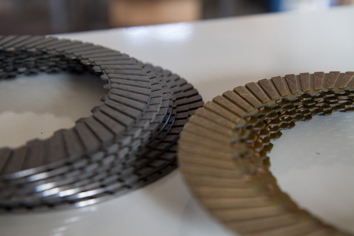 A sárgás a hagyományos, a fekete a tuninghoz használt szénszálas