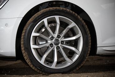 A 18 colos kerekek jól mutatnak, de az ennyire peres gumik a rossz utakon sérülékenyek