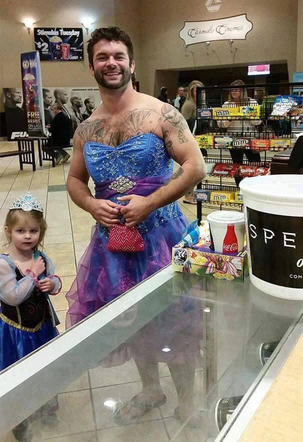 A szuperapuknak sehol sem ciki a hercegnőjelmez.